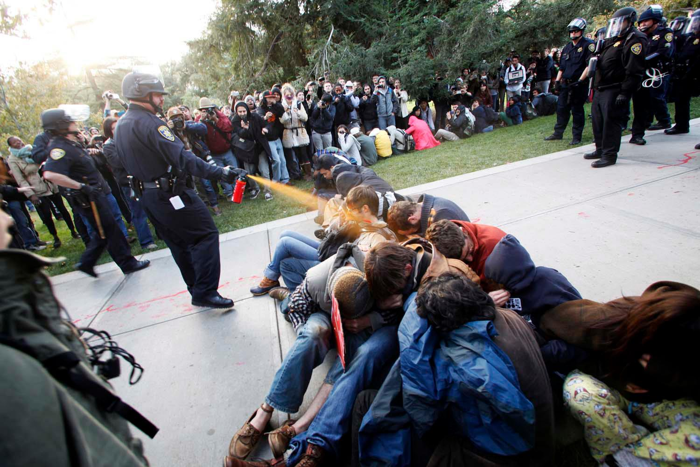 סטודנטים מפגינים בקליפורניה